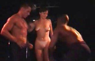 Una giovane prno amatoriale cagna si arrampica sotto i rivestimenti della sua amica e consiglia una scopata lesbica
