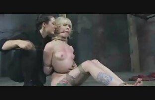 Un uomo va in bagno con una porno star porno amatoriale di coppia