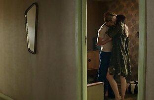 Una ragazza con grandi tette toccare il suo L. in una video sex amatoriale mattina di fine settimana