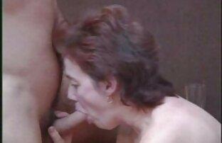 Una giovane ragazza che monta il dildo sul pavimento e si siede su di esso xxx amatoriali veri con la sua vagina