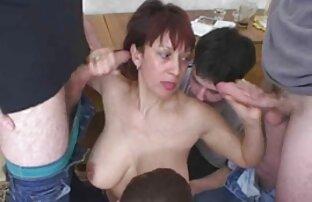 Grande solo porno amatoriali culo maturo nero donna cercando su diversi costumi su il macchina fotografica in lei cucina
