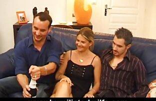 Un uomo con un grosso video porno moglie cuckold cazzo, patatine fritte, anale, bionda con bei capelli